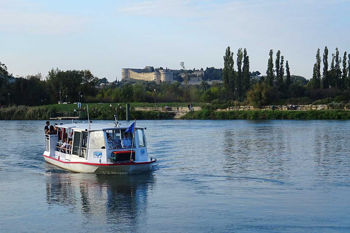 Free river shuttle between Avignon and Barthelasse Island © VF