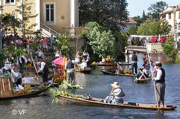 market of provence the floating market in l 39 isle sur la sorgue horizon provence. Black Bedroom Furniture Sets. Home Design Ideas